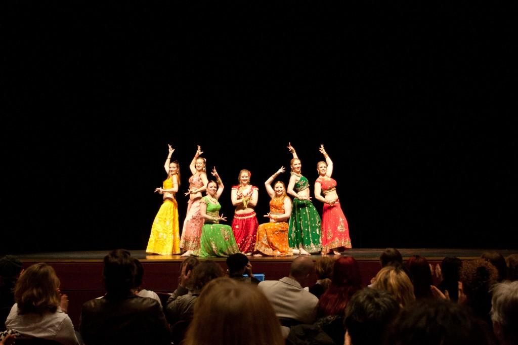 """Die Gruppe """"Saraab"""" aus Reinheim kam mit ihrer mitreißenden Bollywood-Choreografie auf den zweiten Platz beim Choreografie-Contest."""