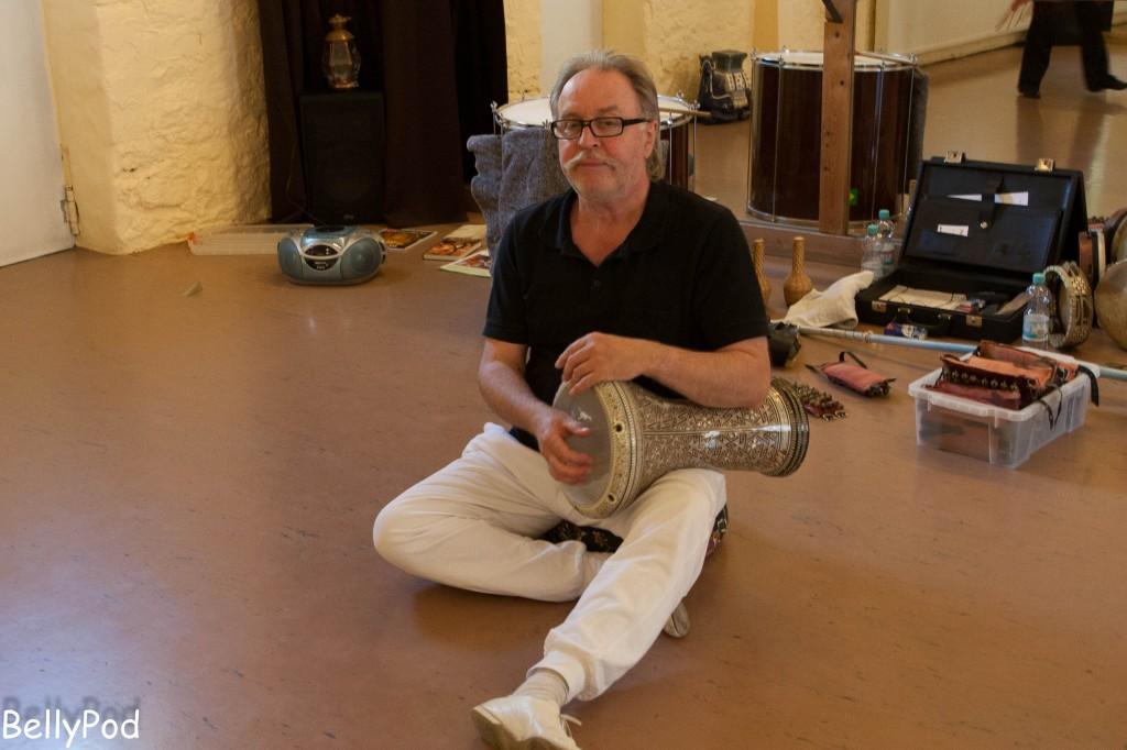 Rhythmuspädagoge Burkhard Schwier unterrichtet beim Bundesverband für Orientalischen Tanz.