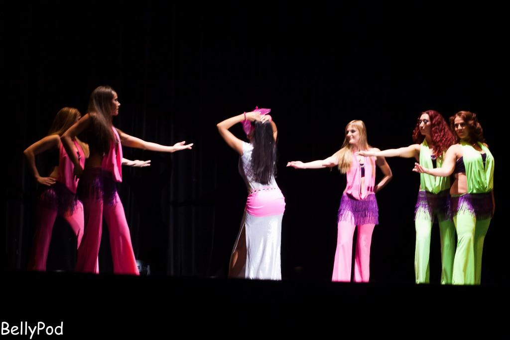 """Djamila als """"Sassy Lady"""" mit dem Corps de Ballet."""