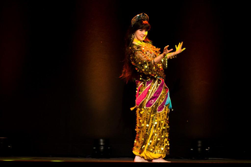 """Hanan Kadur - eine vielseitige Tänzerin, Moderatorin und Küntlerin. Zu Weihnachten ist sie als Engel unterwegs. Hier tanzt sie bei der Show """"Butterflies in Orient"""" einen fetzigen Ghawazee."""