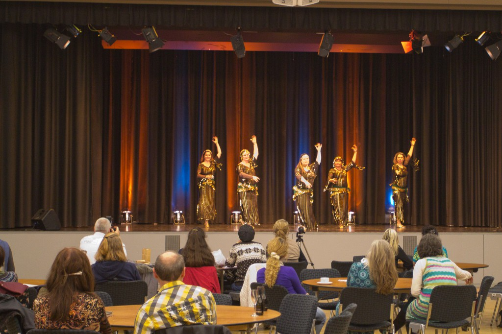 """Die Gruppe """"Atesh Azhar"""" aus Darmstadt im Rahmenprogramm der """"Burlesque meets Orient""""."""