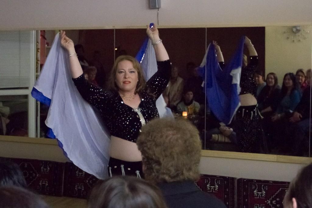 """Chiara Naurelen zeigte einen Doppelschleiertanz bei der Eröffnung des Studios """"Tanzträume""""."""