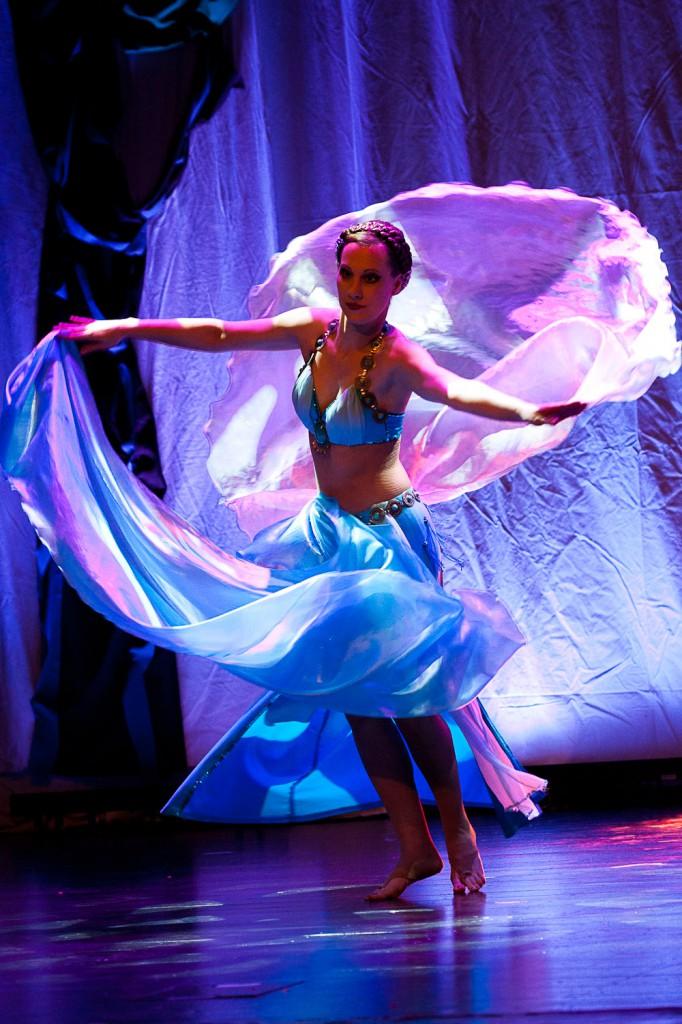 """Mellany Amar, derzeitige erste Vorsitzende des Bundesverbandes für Orientalischen Tanz, bei ihrer Show """"Drei Rosen"""" mit einem Doppelschleier-Tanz."""