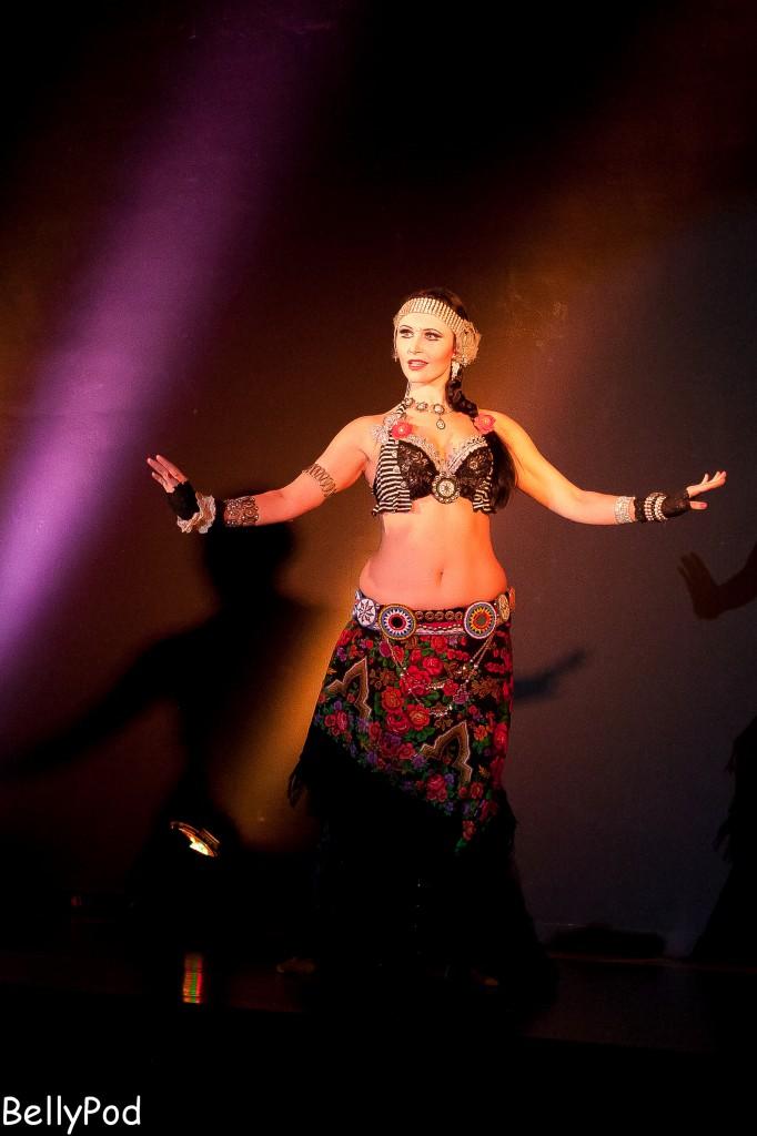 Tanz in Perfektion - Eliana aus Offenbach. Ein professionelles Warm-up mit Cardio, Ballett-Übungen und Bauchmuskeltraining ist bei diesem Niveau ein Muss.