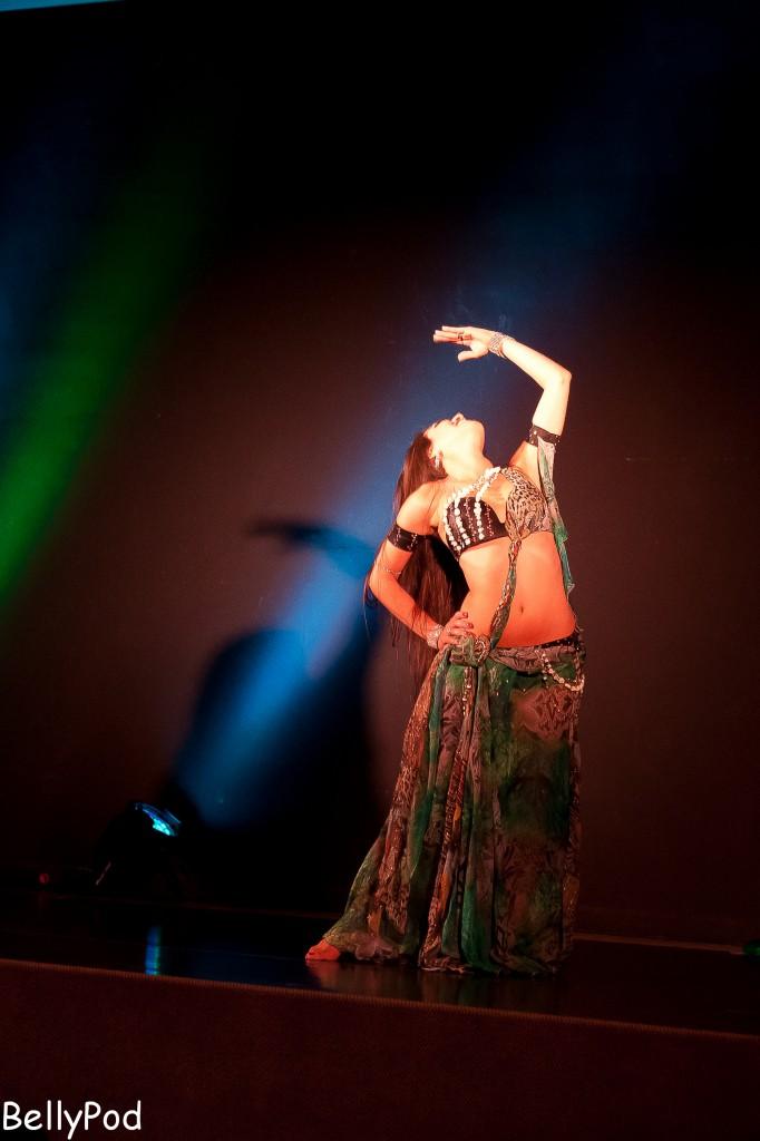 """Lorena Galeano auf der Bühne beim """"Club Bellydance"""" 2013 im Ledermuseum Offenbach."""