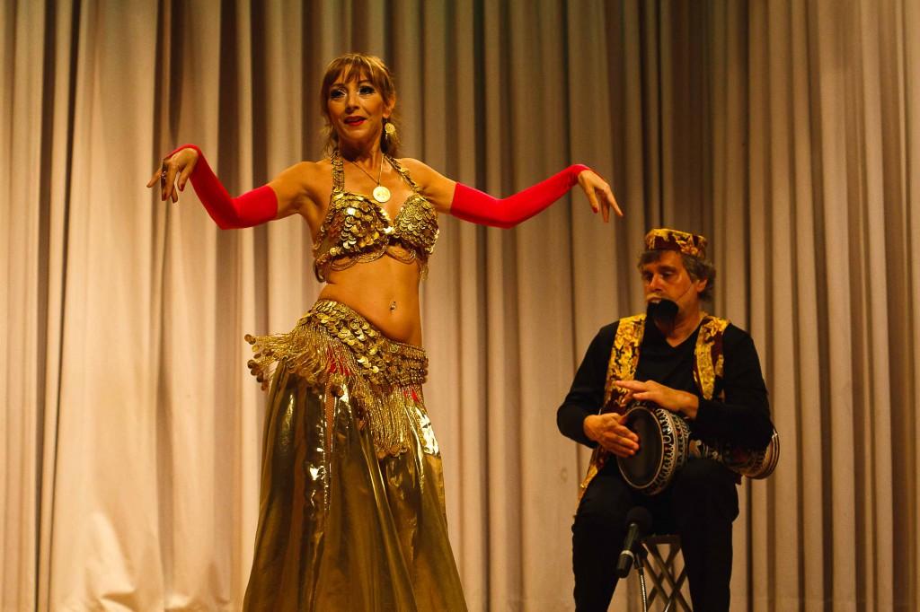 """Saahira und Ali Tabla beim Tanzfest 2010 der Gruppe """"Atesh Azhar"""" in Darmstadt-Arheilgen."""