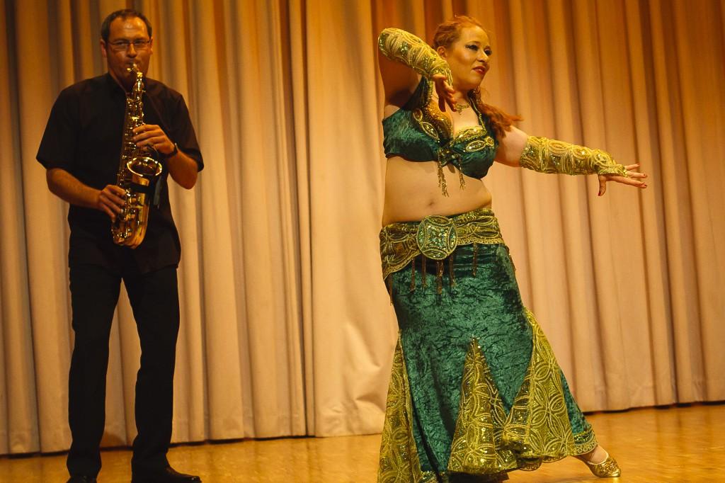"""Chiara Naurelen bei einer Jazz-Improvisation beim Tanzfest 2010 der Gruppe """"Atesh Azhar"""" in Darmstadt-Arheilgen. Live am Saxophon CeeBee Reichenbach."""