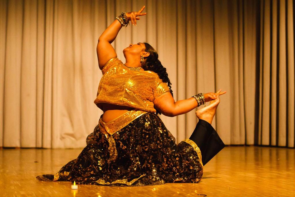 """Chandni, authentische Bollywood-Künstlerin, beim Tanzfest 2010 der Gruppe """"Atesh Azhar"""" in Darmstadt-Arheilgen."""