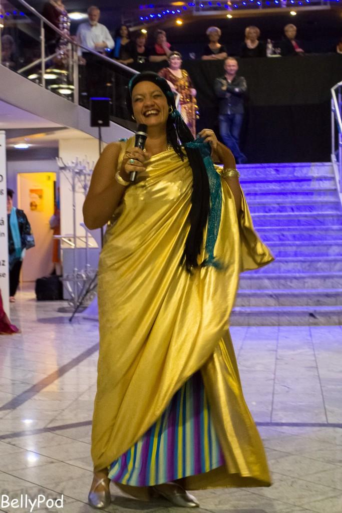 """Abeer moderierte fachkundig und mit viel Charme die Jubiläumsshow """"Nilfahrt auf dem Rhein"""" des Bundesverbandes für orientalischen Tanz im Jahr 2014."""