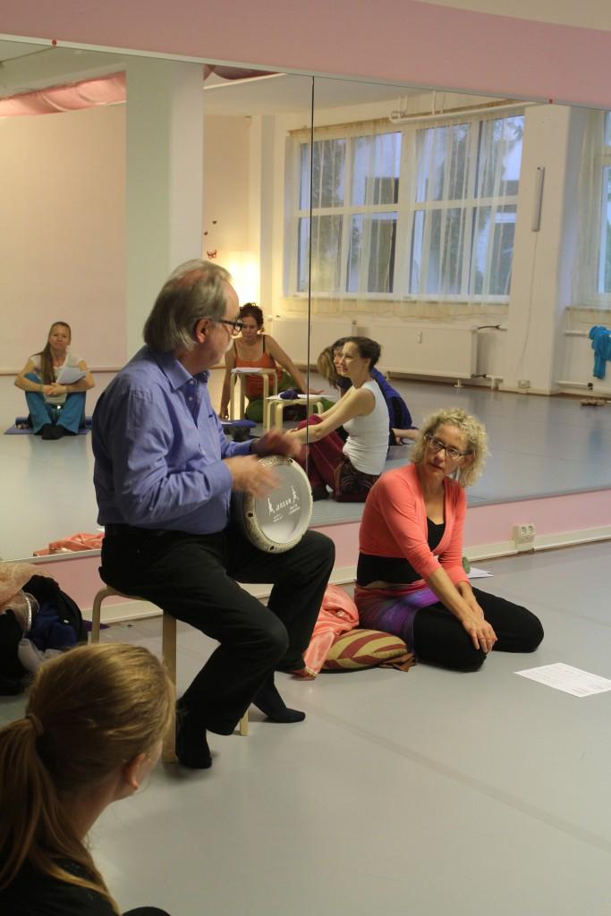"""Burkhard Schwier und A Nada beim Workshop """"Rhythmus-, Instrumentenkunde und Zimbeln"""" der BATO-Ausbildung beim Bundesverband für Orientalischen Tanz (BVOT) in Frankfurt."""