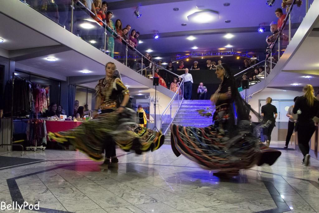 """Lenajaan und Partnerin beim Kalbeliya, einem sehr schnellen Zigeunertanz aus Rajastan, bei der """"Nilfahrt auf dem Rhein"""". Ein unaufgewärmter Körper könnte diese Art des Tanzes nicht in dieser Perfektion ausführen."""