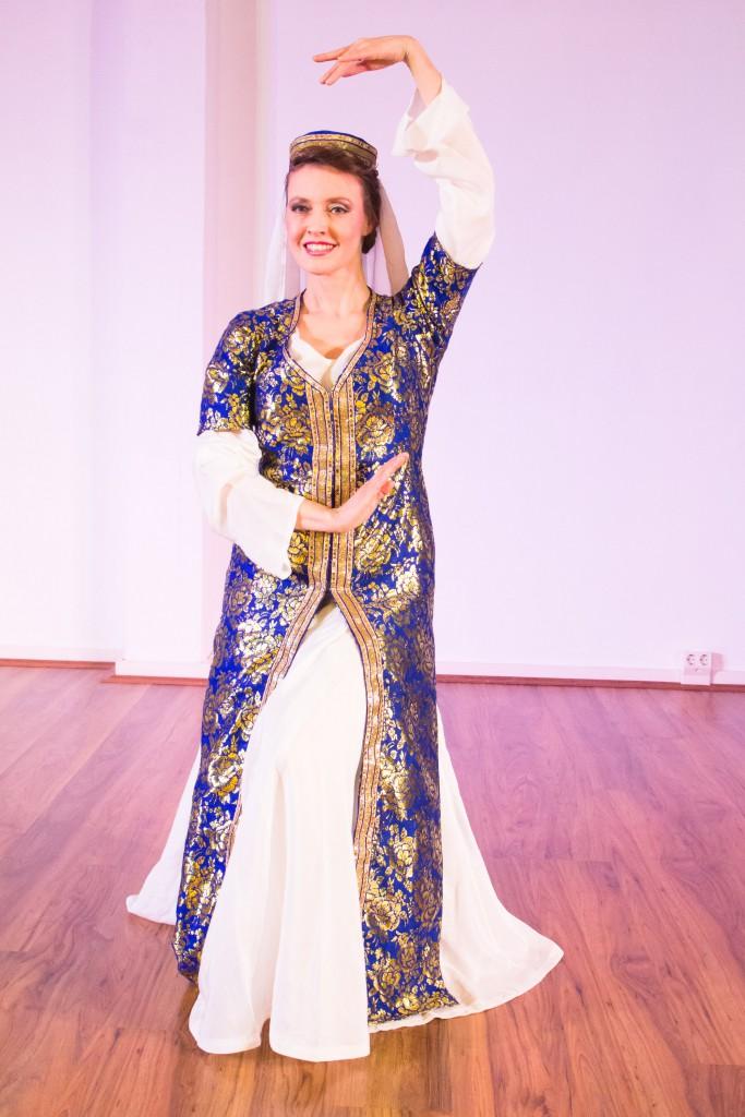 Hanan Kadur bei ihrem Folklore-Prüfungstanz - Muwashah - in einem selbstentworfenen und gefertigten Kostüm.