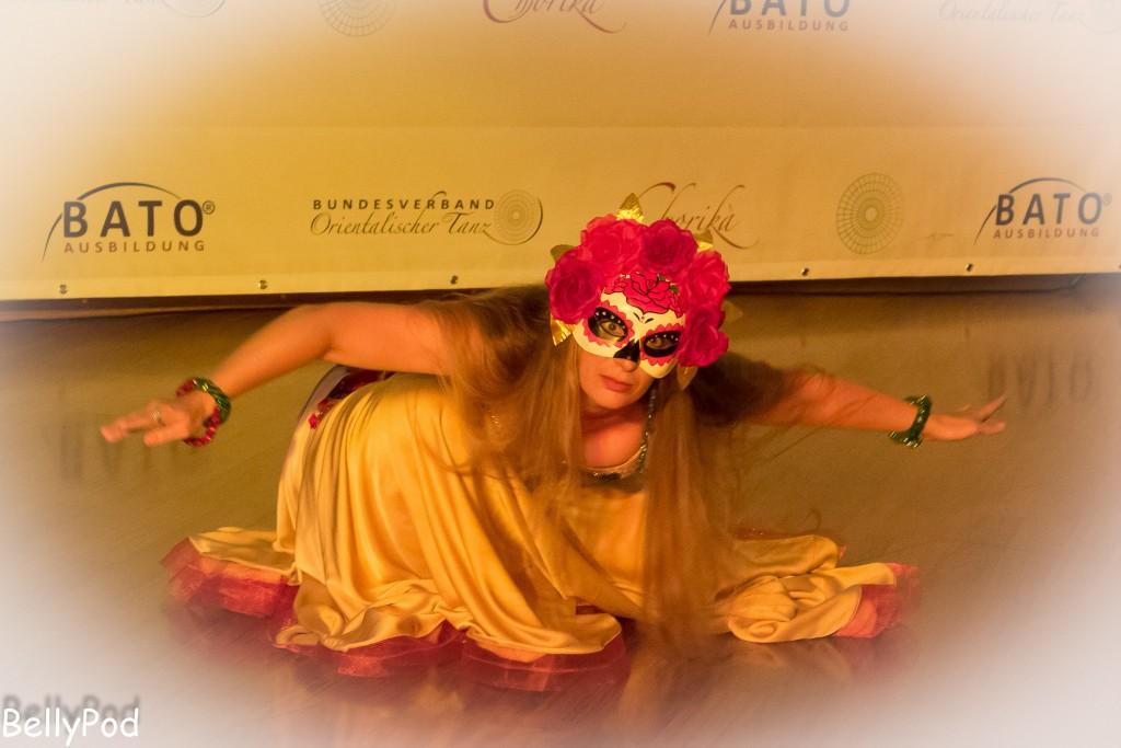 Afraa Falak Bellydance (Anja Alexandra Bögel) mit einem improvierten Fantasy-Tanz. Ungewöhnliches Accessoire hierbei war eine mexikanische Totenmaske.