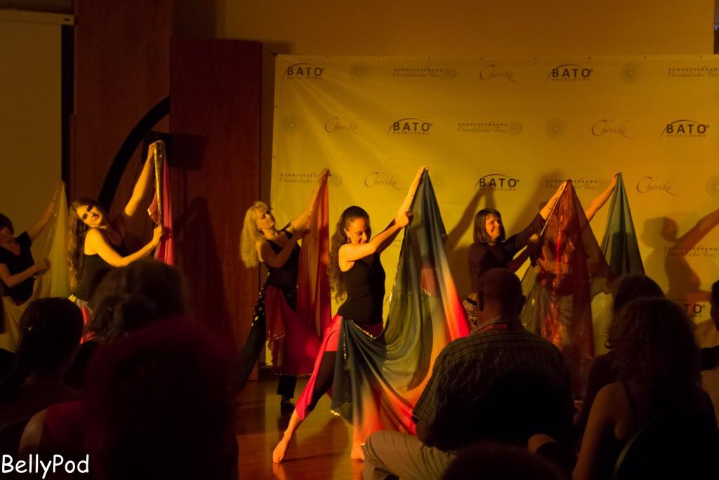 Ganz spontan präsentierten die Teilnehmerinnen des WS Schleierchoreografie das erarbeitete Ergebnis in Begleitung ihrer Dozentin Nadine Fernández.